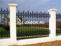 Кованый забор с фундаментом и бетонными столбами