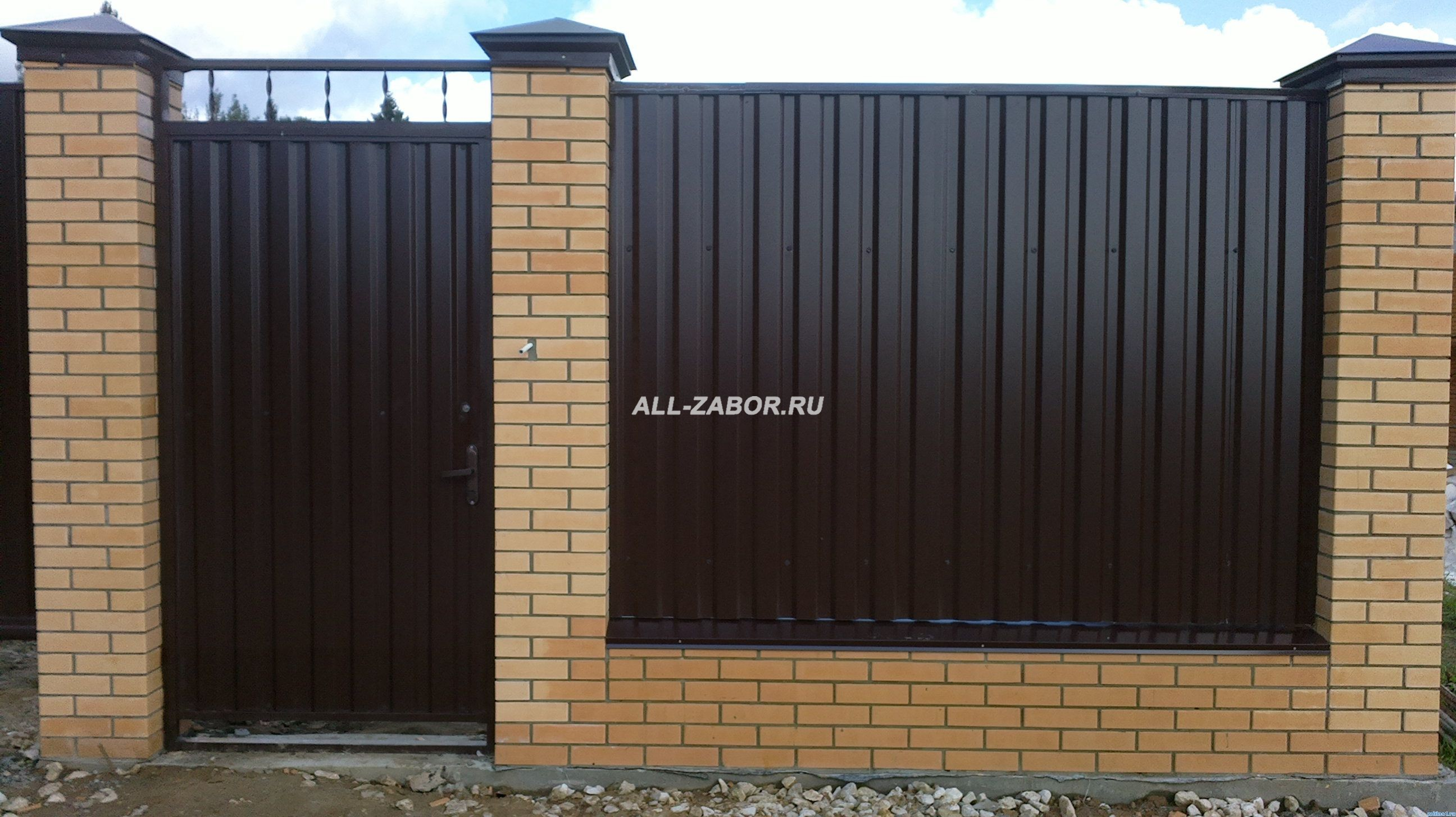 Забор из профнастила и кирпичных столбов своими