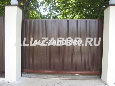 Откатные ворота в заборе из профнастила