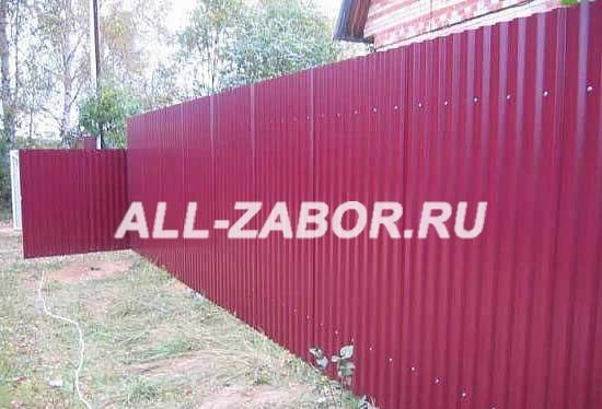 Забор из профлиста на 2-х лагах, цвет «спелая вишня»