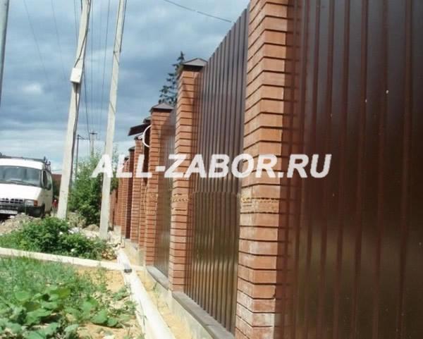 Забор из профнастила с кирпичными столбами и на ленточном фундаменте