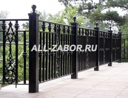 Кованый забор с металлическими столбами
