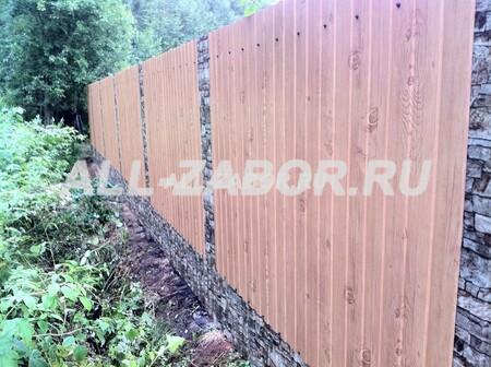Забор из профнастила с комбинированным покрытием под дерево и камень