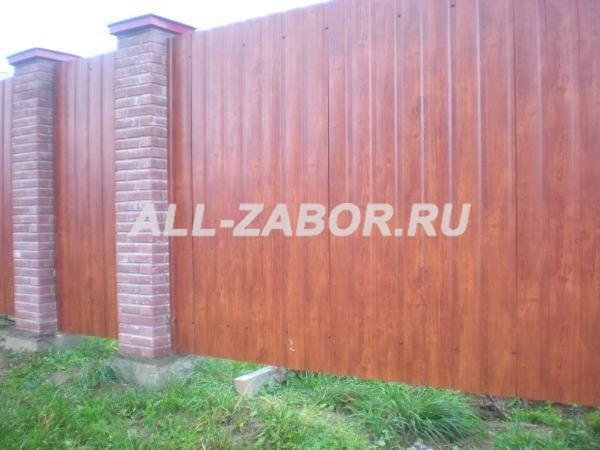Забор из профнастила с кирпичными столбами и покрытием «под дерево»