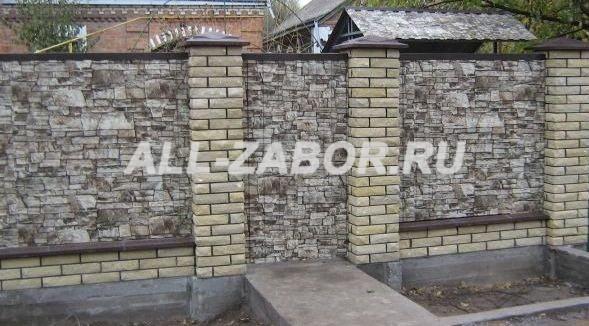 Забор из профнастила с покрытием «под камень» и кирпичными столбами