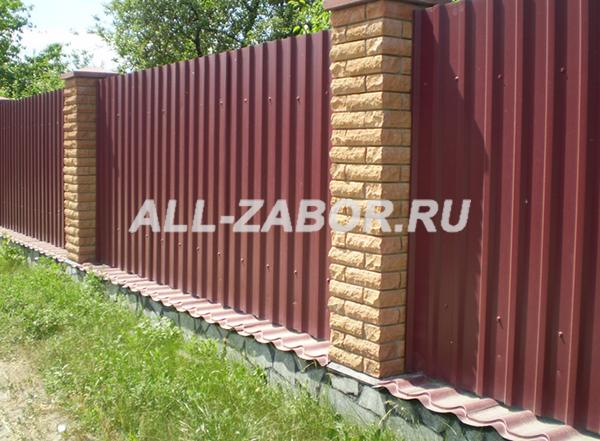 Забор из профлиста с декоративными столбами