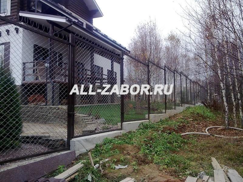 Забор из сетки рабицы на ленточном фундаменте