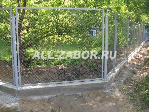 Секционный забор из сетки рабицы на ленточном фундаменте
