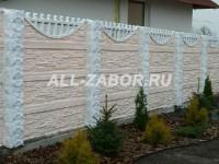 Светлый секционный бетонный забор для коттеджа