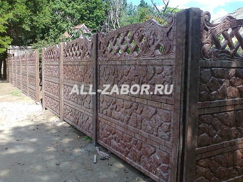 Бетонный забор с декоративной верхней секцией